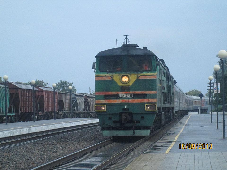 2ТЕ10М-0367 с пассажирским составом