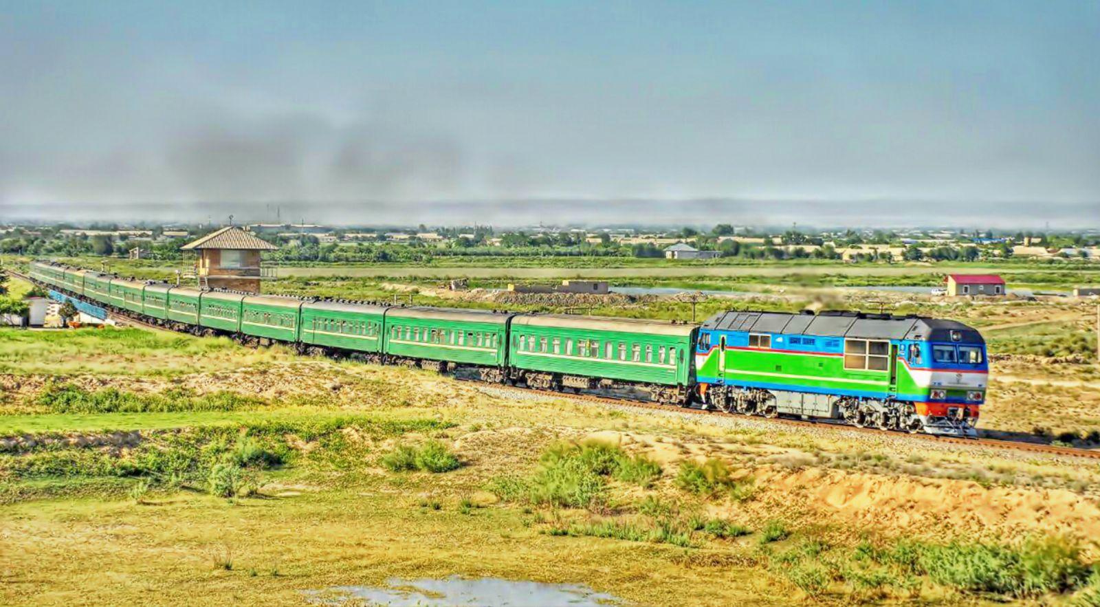 Поезд 319/320 сообщением Москва - Душанбе, тепловоз ТЭП70БС-184, Узбекистан, Навоийская область
