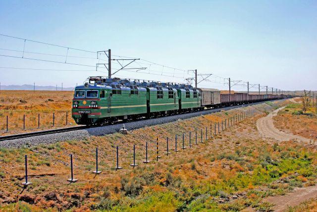 Грузовой поезд электровоз ВЛ80с-2193, на участке Самарканд - Карши, Узбекистан Самаркандская область.